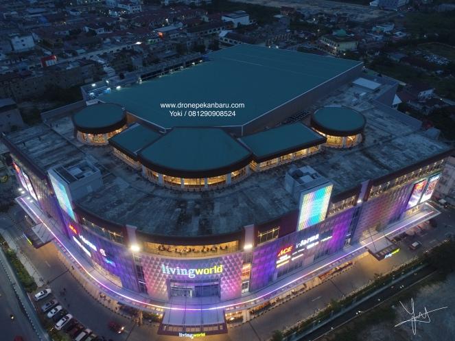 Mall Living World Pekanbaru pada malam hari